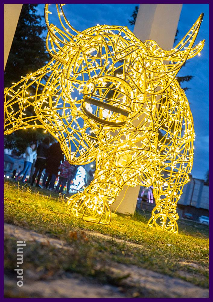 Каркас светового быка из покрытого золотой краской алюминия и гирлянд