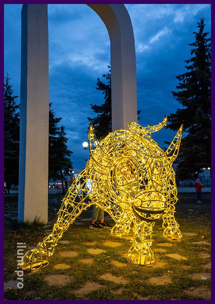 Бык световой с гирляндами - символ 2021 года из металлического каркаса