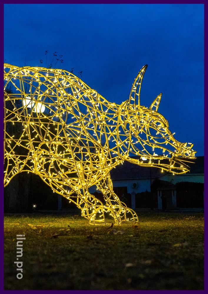 Новогодние декорации в форме животных с подсветкой уличными гирляндами