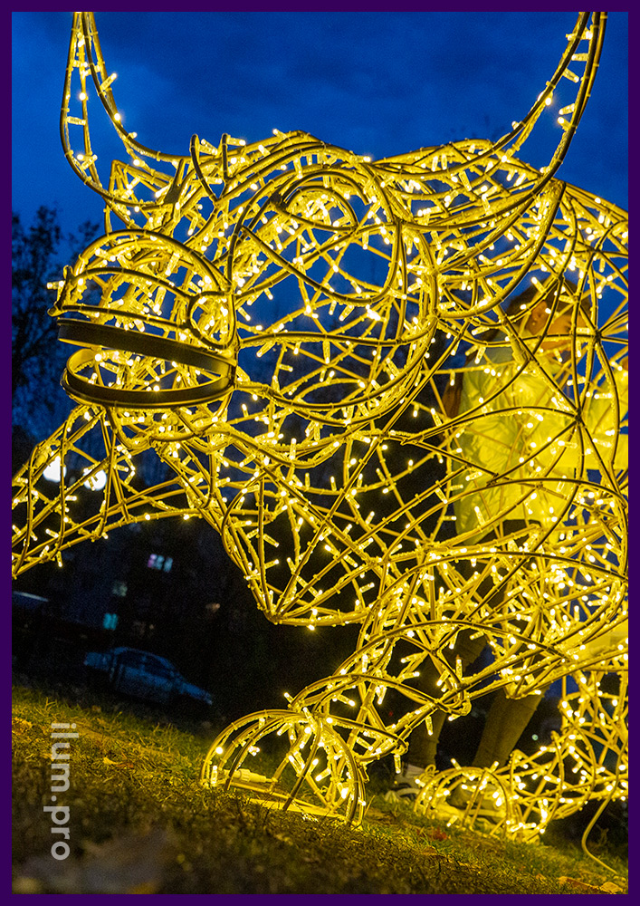 Бык металлический - символ биржи из гирлянд на каркасе из золотого алюминия