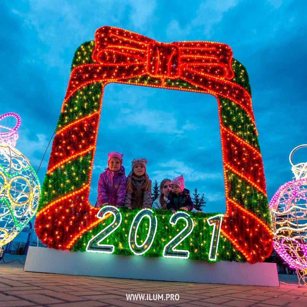 Новогоднее украшение площади в форме фоторамки с мишурой и гирляндами