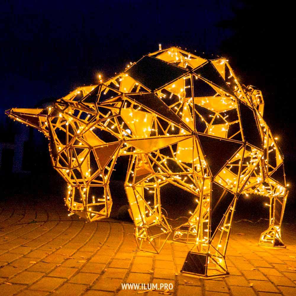 Полигональный бык – символ года из металлического каркаса с гирляндами на улице