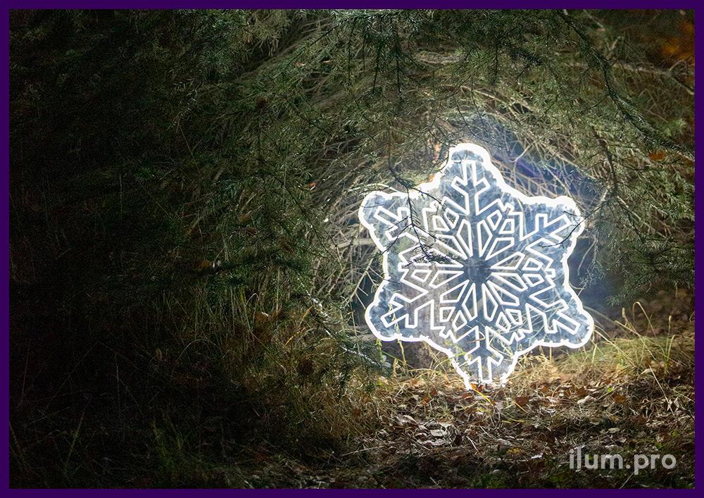 Белая акриловая снежинка со светящимися узорами, вырезанными на ЧПУ