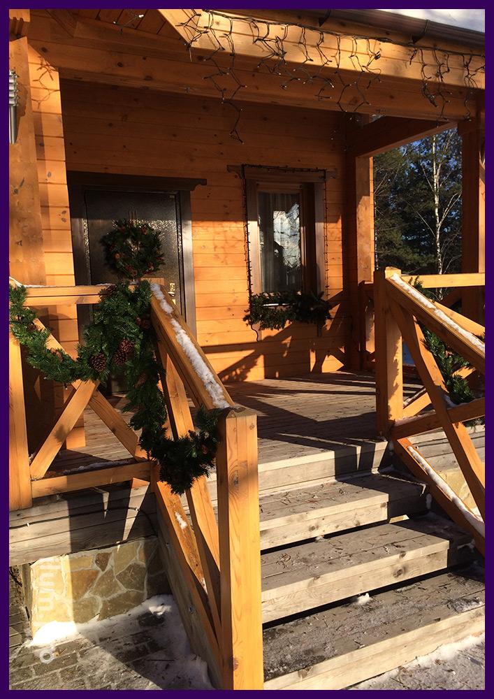 Новогоднее оформление загородного дома гирляндами и хвоей, монтаж под ключ