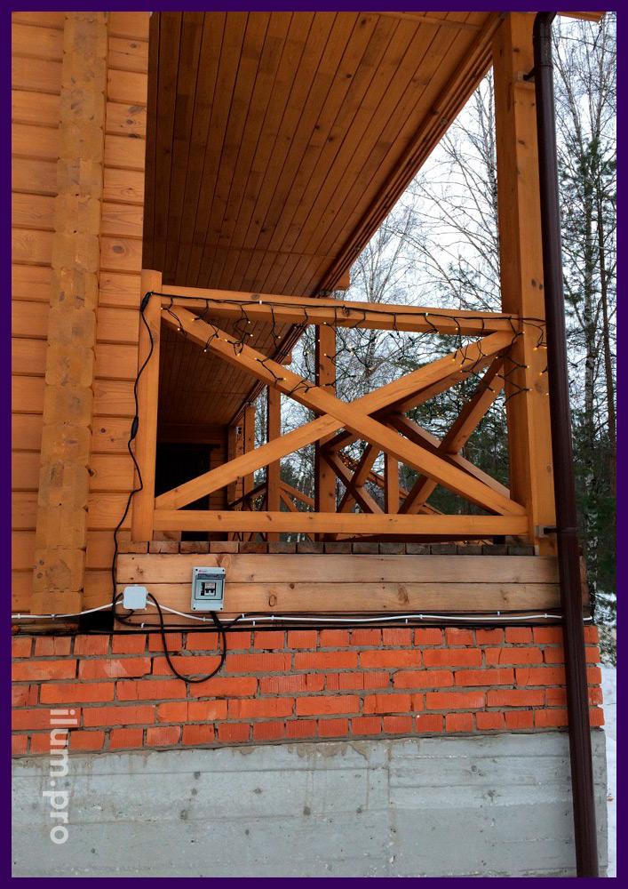Украшение крыши дома гирляндами с повышенной степенью защиты в каучуковом проводе