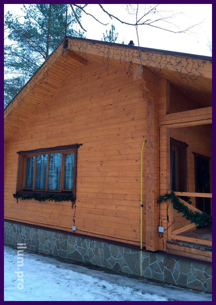 Хвоя на окнах и перилах, украшение двери, светодиодные гирлянды на крыше