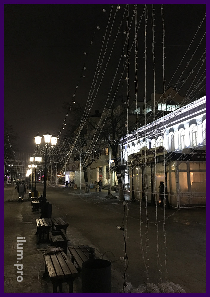 Монтаж гирлянды звёздное небо на пешеходной улице в Рязани, крепление гирлянды на трос