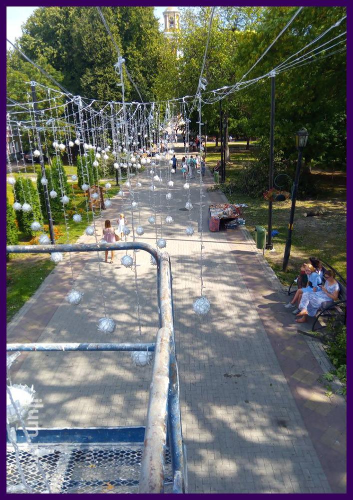 Подсветка гирляндами улицы в Рязани, монтаж тросов на опоры, вкопанные в грунт