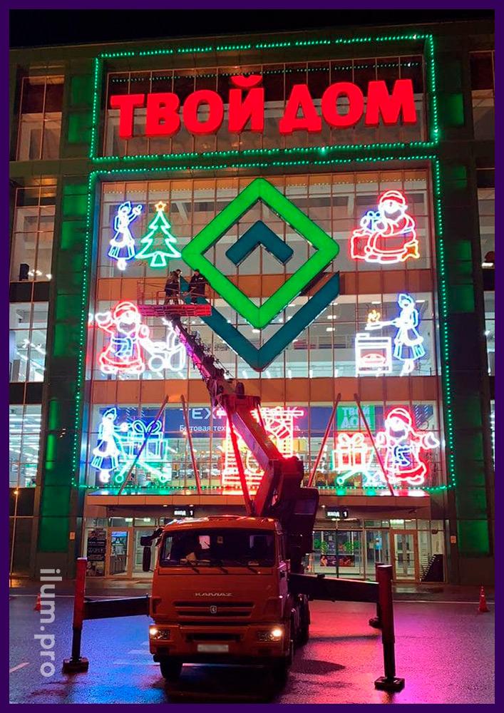 Сборка новогодних украшений на фасаде ТЦ силами бригады электриков и промышленных альпинистов