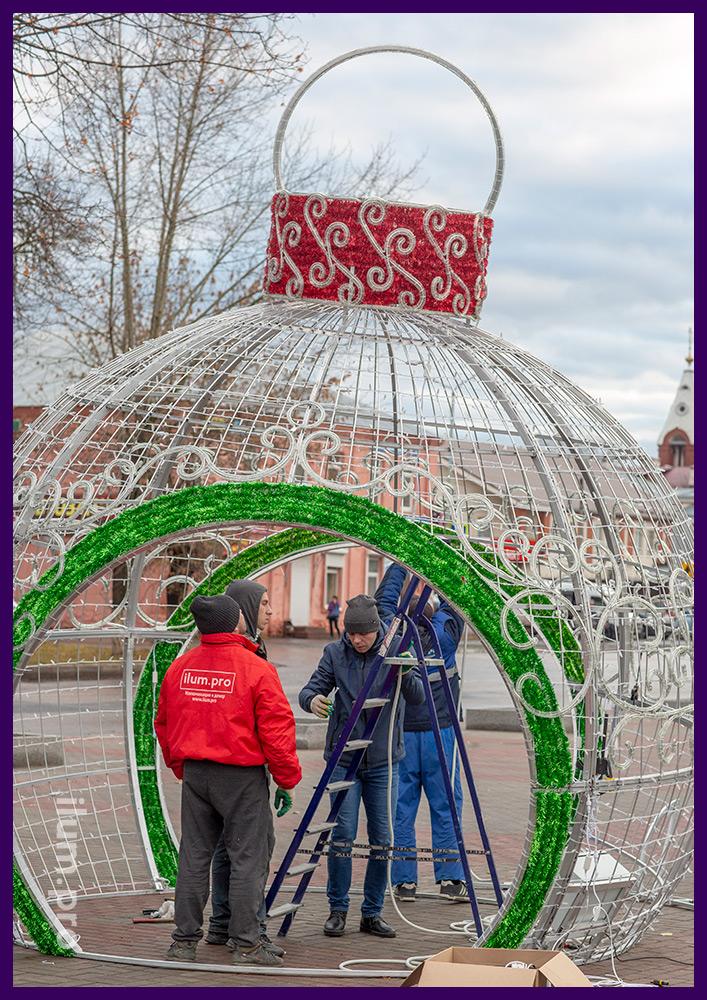 Сборка уличных декораций с подсветкой гирляндами и декором новогодней тематики