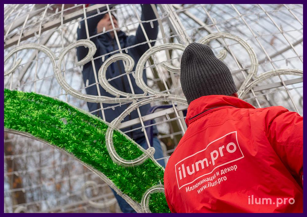 Новогоднее украшение для улицы в процессе сборки и подключения к сети