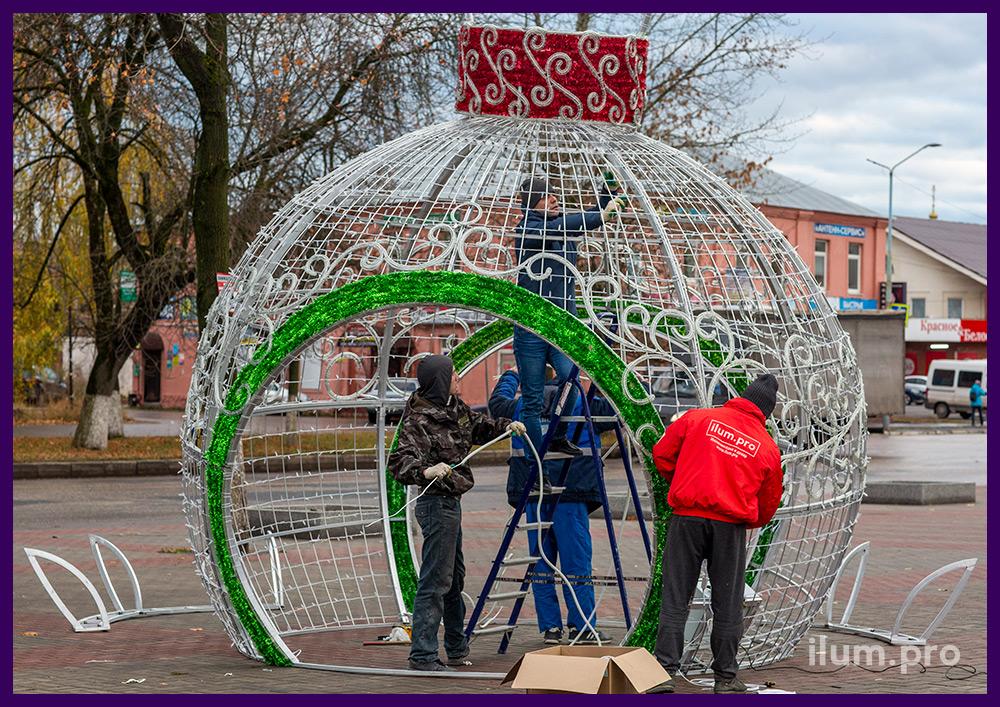 Сборка уличных декораций на Новый год, профессиональный монтаж специалистами Айлюм Про