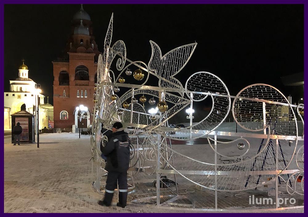 Сборка новогодних декораций с подсветкой гирляндами на площади города