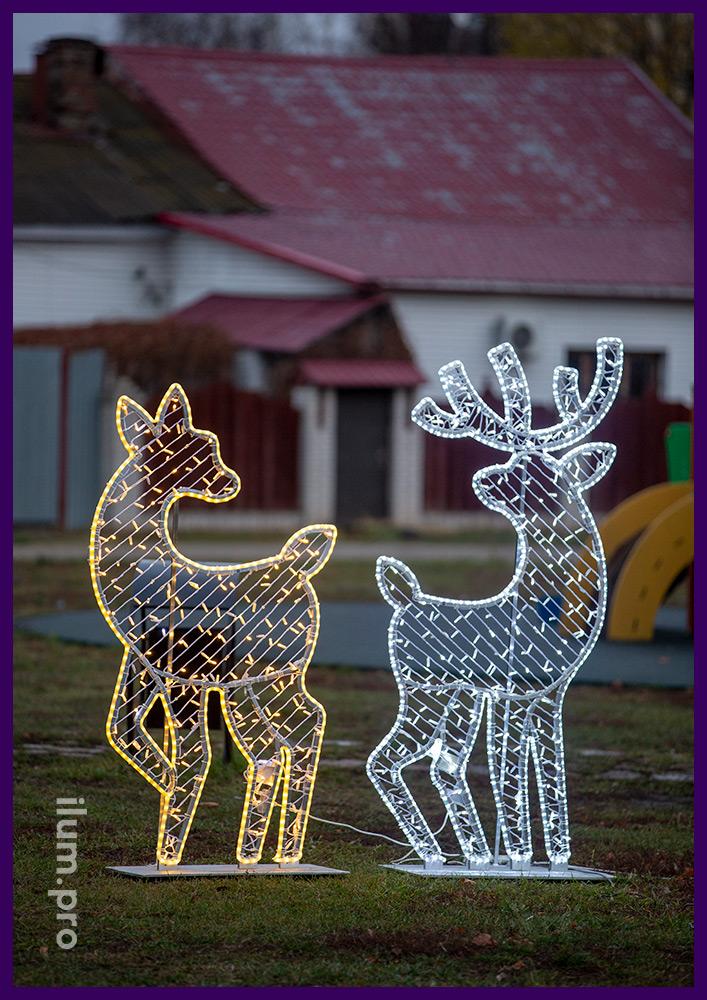 Новогодние украшения в форме оленей с гирляндами и контурами из светового шнура