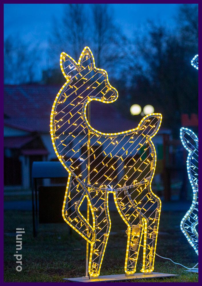 Декоративные фигуры плоских оленей с подсветкой гирляндами