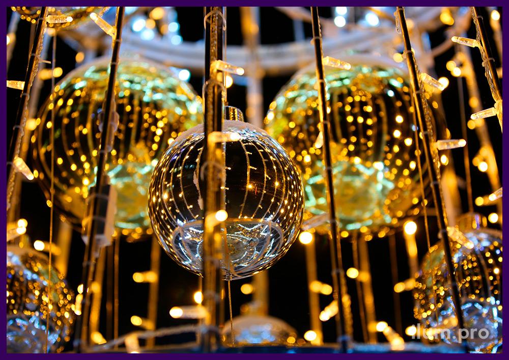 Ёлка тёпло-белая с гирляндами, светящимися звёздами и игрушками на Новый год