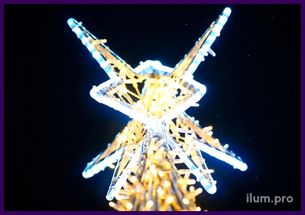 Звёзды из дюралайта и разноцветные шары на шестиметровой уличной ёлке