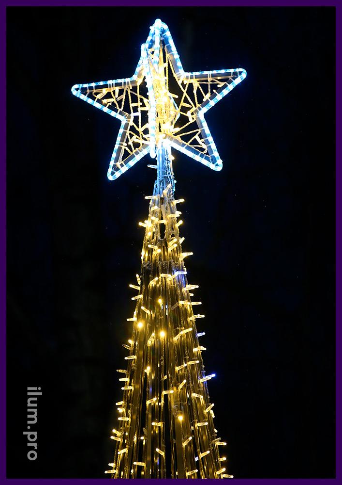 Ёлка со звёздами и ёлочными шарами золотого и серебряного цвета с подсветкой иллюминацией