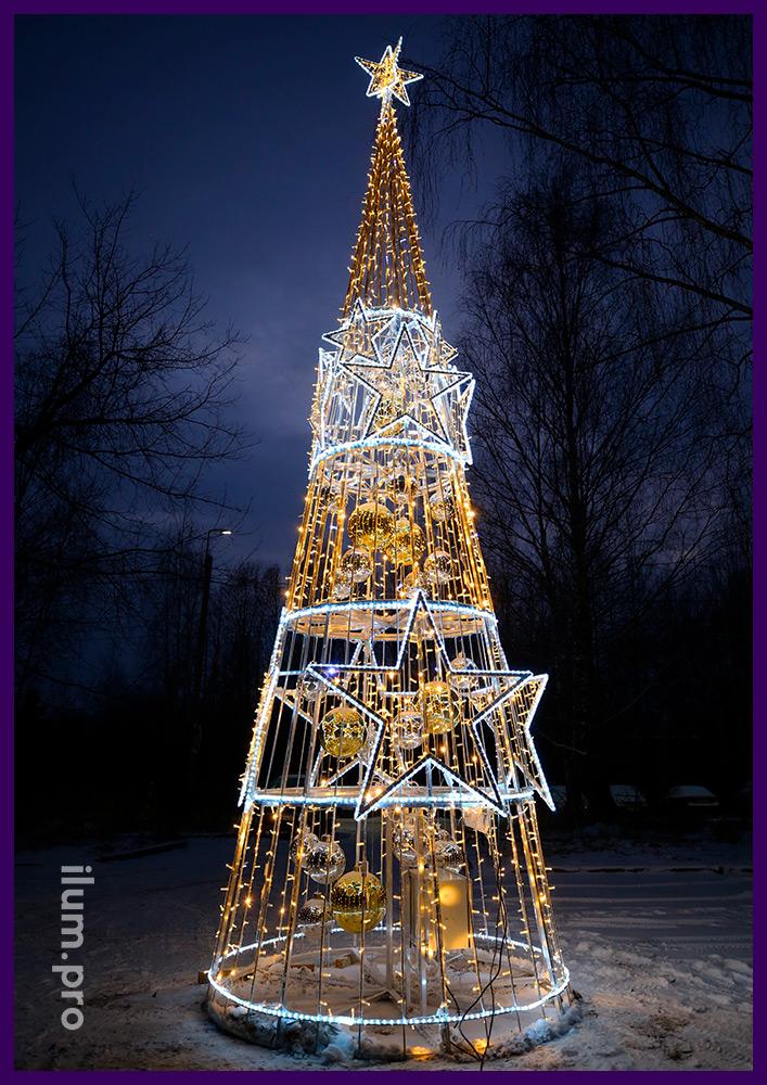 Новогодняя ёлка с гирляндами и глянцевыми шарами, украшение территории иллюминацией