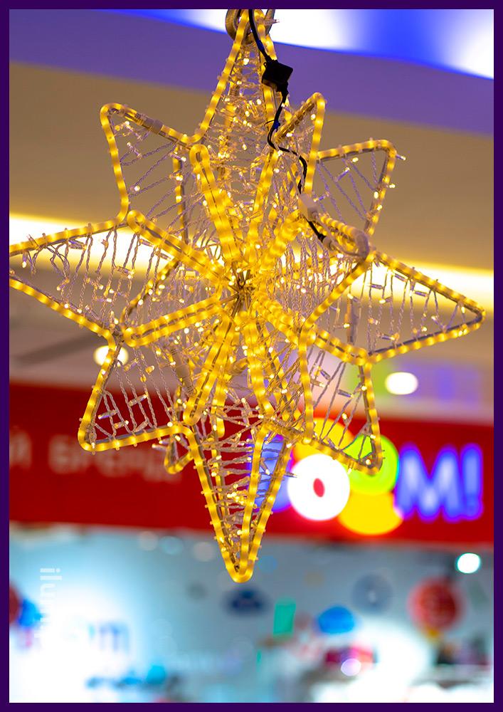 Звёзды с дюралайтом и гирляндами на алюминиевом каркасе в интерьере ТЦ на Новый год