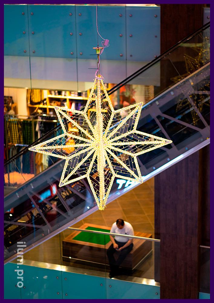 Украшение ТЦ к новогодним праздникам, светящиеся звёзды и подвесы с гирляндами в атриуме