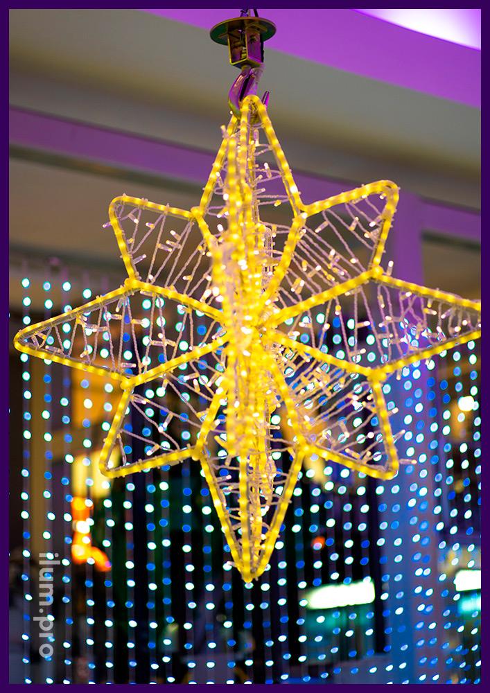 Звезда светодиодная из гирлянд и дюралайта в атриуме торгового центра в Новом Уренгое