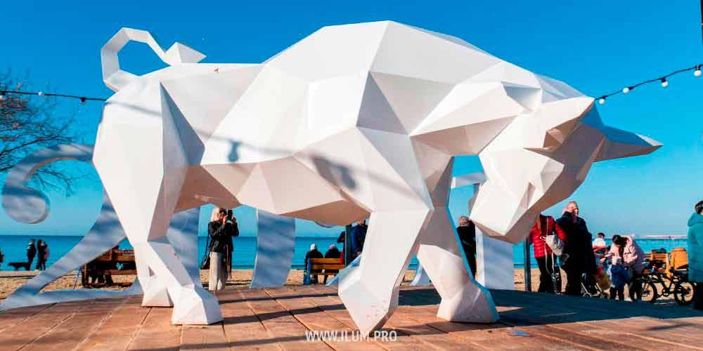 Металлическая полигональная фигура быка в Анапе