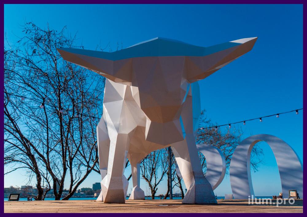 Бык металлический белый - полигональная ландшафтная фигура на набережной в Анапе