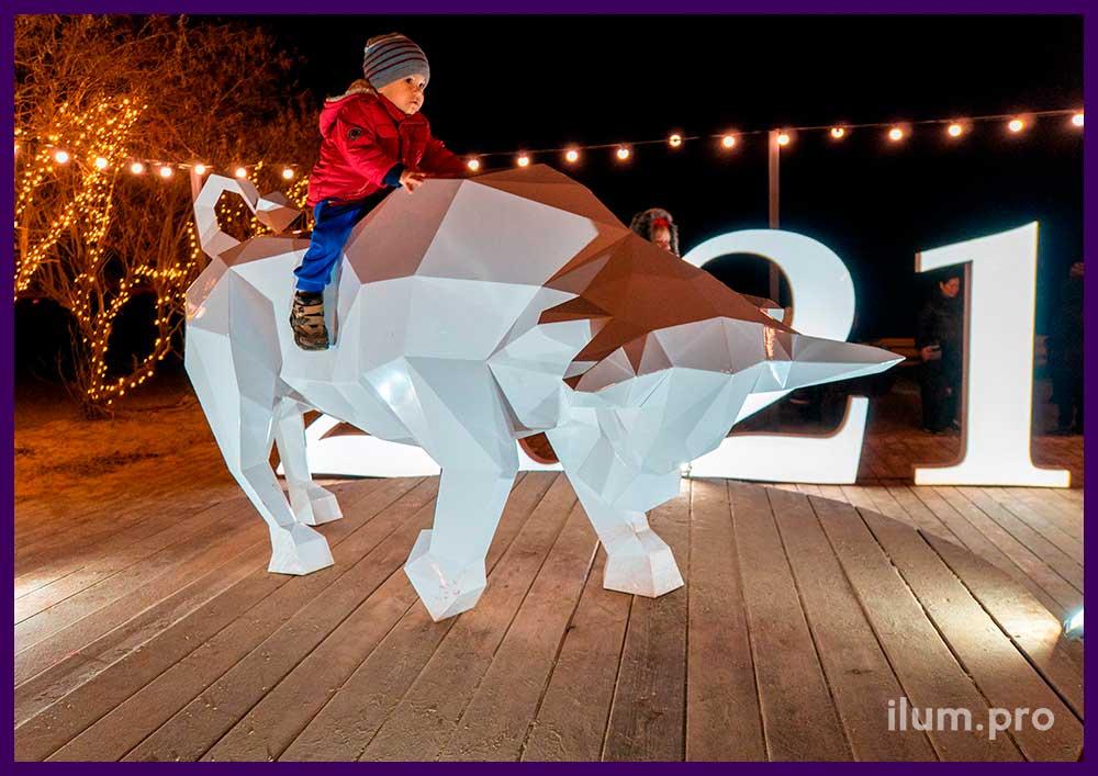 Объёмная металлическая фигура быка на набережной Анапы на Новый год