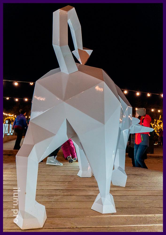 Металлическая скульптура в форме быка белого цвета - фотозона на набережной Анапы в 2021 году