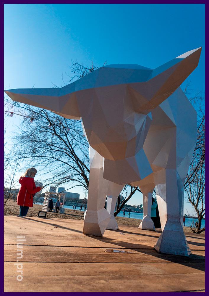 Новогоднее украшение набережной в Анапе полигональным быком белого цвета из металла