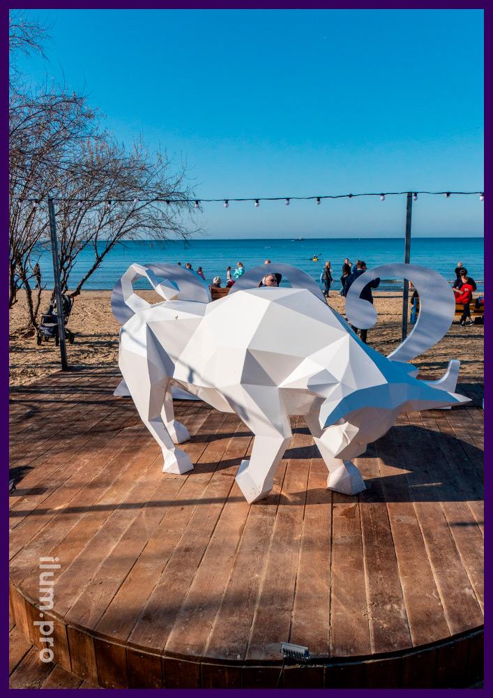 Скульптура в форме быка белого цвета из листовой стали для украшения набережной