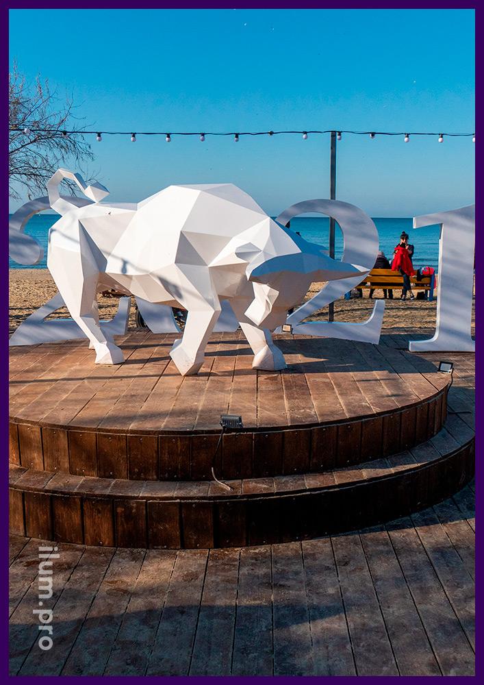 Символ 2021 года - металлический бык, фотозона для украшения набережной в Анапе к праздникам
