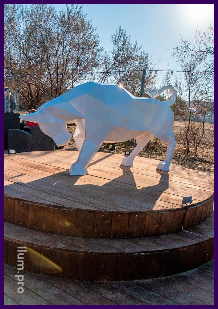 Фотозона уличная с ландшафтной фигурой быка в полигональном стиле из крашеной стали