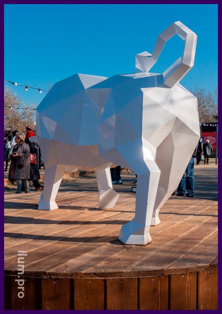 Металлический арт-объект белого цвета в форме атакующего быка в Анапе