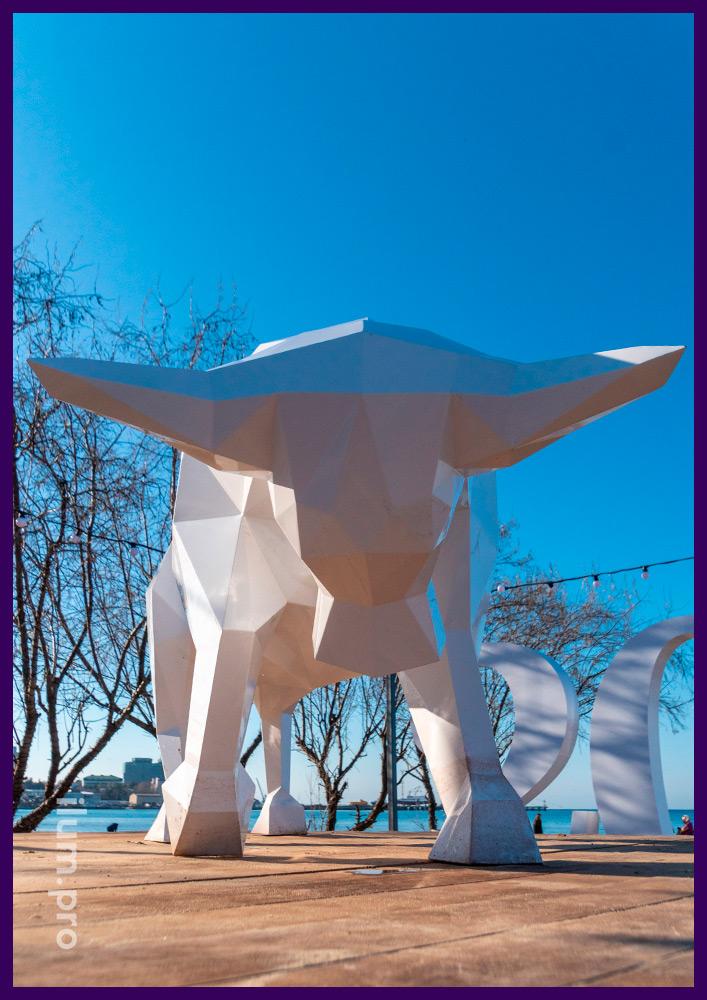 Праздничная фотозона в Краснодарском крае в форме металлического быка белого цвета