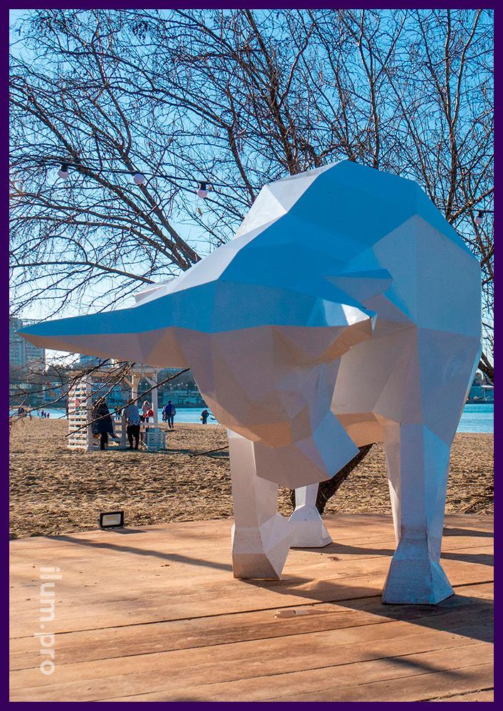 Оформление набережной Чёрного моря полигональной фигурой быка из крашеного железа