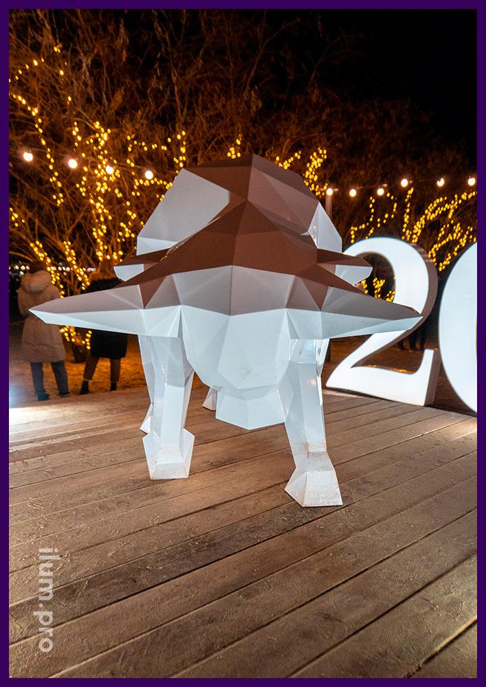 Полигональный бык из крашеного железа - праздничный арт-объект для набережной в Анапе