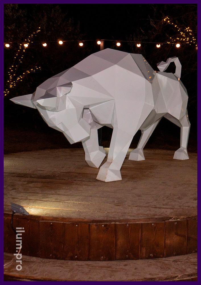 Оформление набережной в Анапе металлической фигурой в форме быка белого цвета