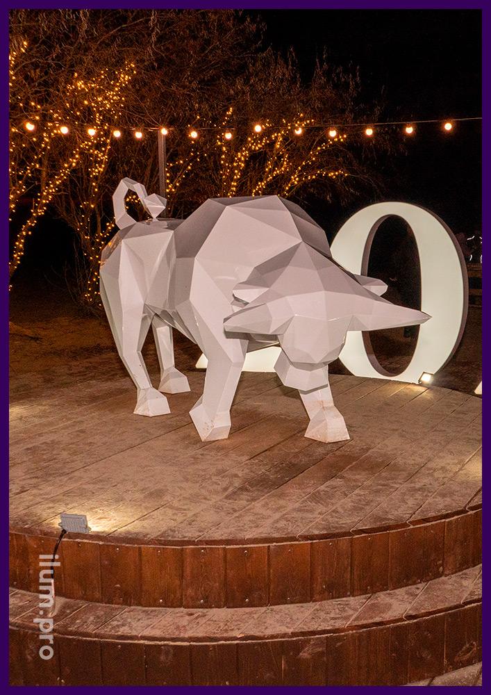 Металлический бык белого цвета - скульптура полигональная для украшения ландшафта