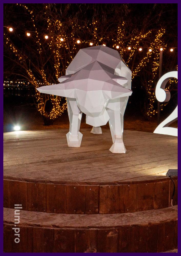 Стальной бык в полигональном стиле украшает набережную Анапы к Новому году