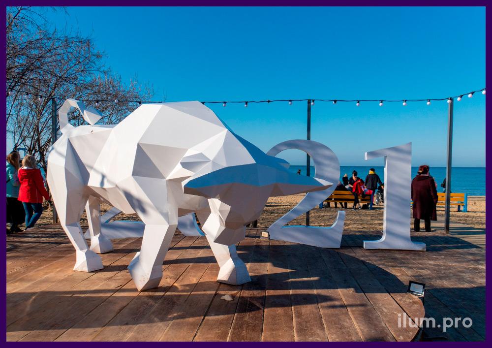 Новогодний бык из металла, полигональная скульптура белого цвета на пляже Анапы