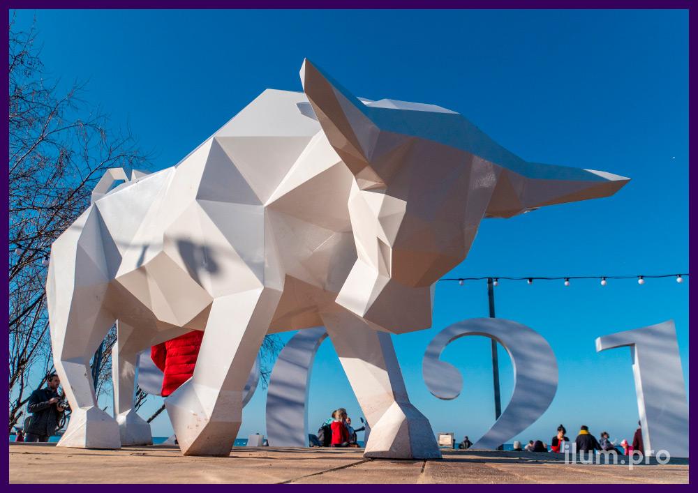 Белый полигональный бык из листовой стали, установленный на набережной Чёрного моря
