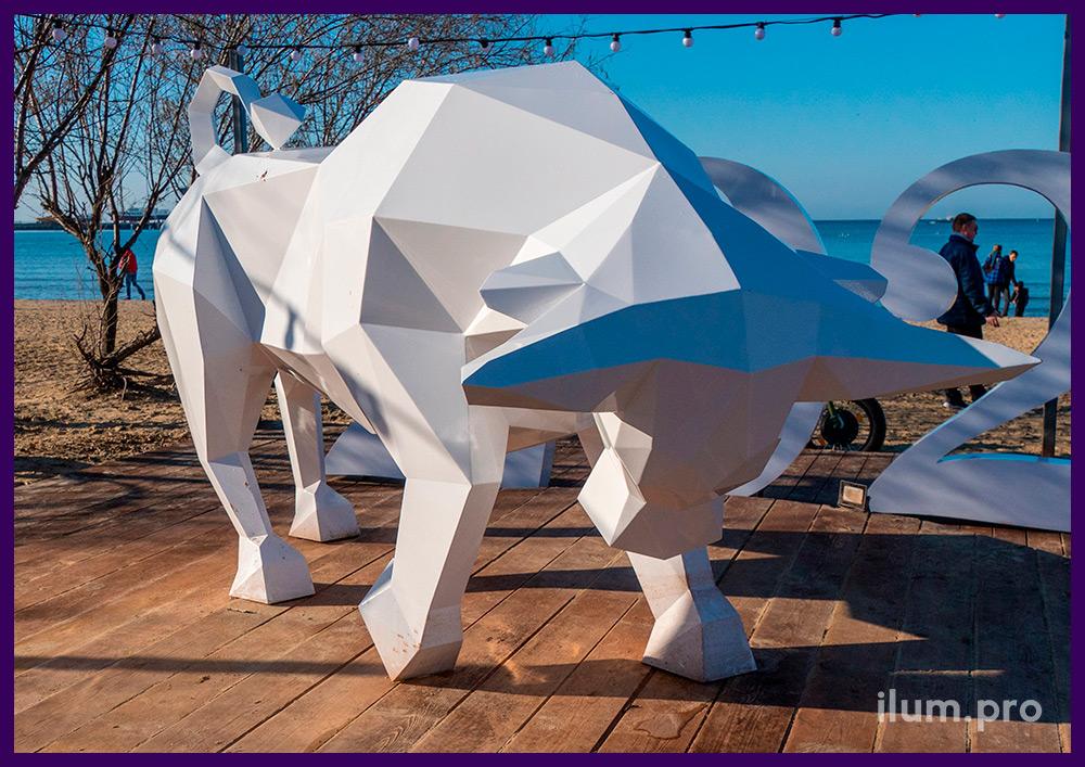Фотозона с полигональной фигурой быка из металла с белой краской в Анапе