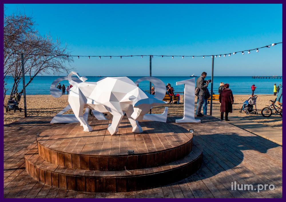 Арт-объект для установки на пляже - металлическая скульптура быка в полигональном стиле