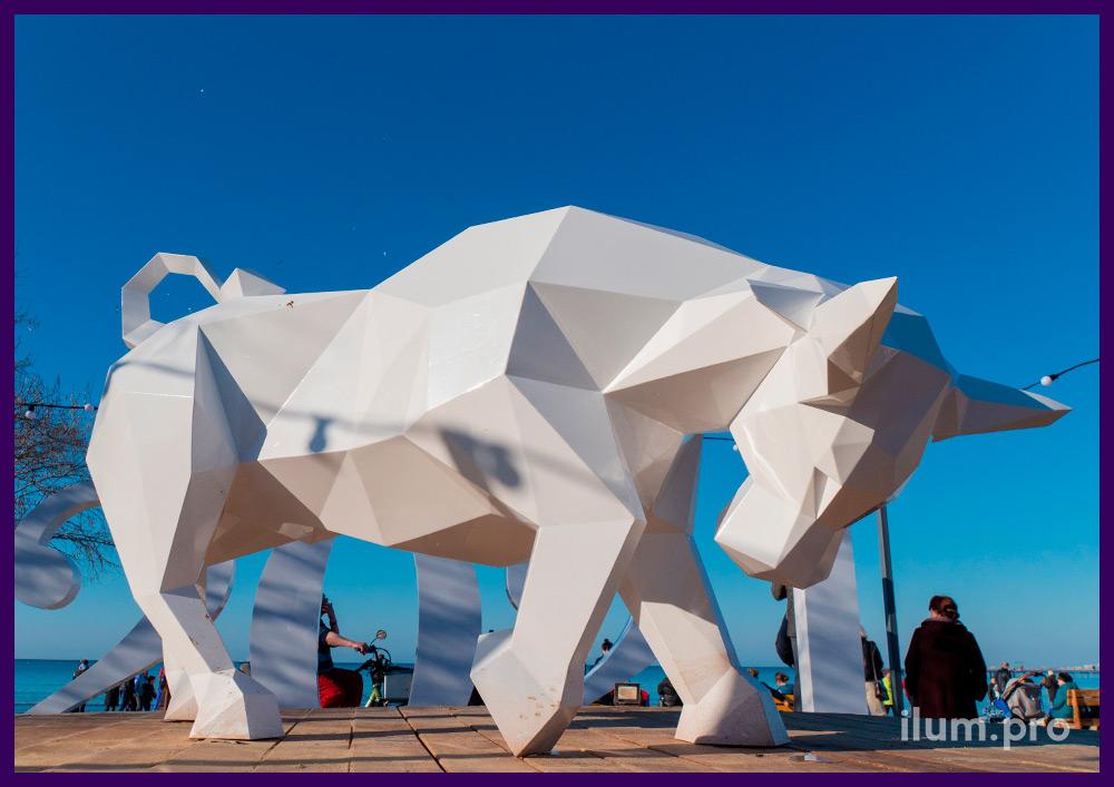 Украшение Анапы на Новый год необычной фигурой полигонального быка из стали белого цвета