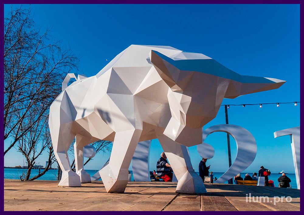 Полигональный бык из металла - фотозона уличная в форме стального животного с белой краской