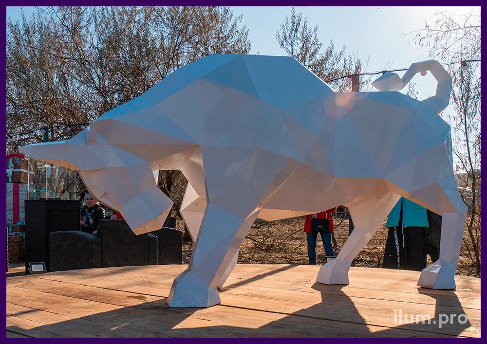 Металлический бык белого цвета - полигональный арт-объект в Анапе на Новый год