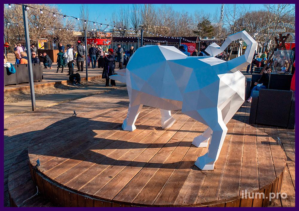 Новогоднее украшение набережной в Анапе полигональной фигурой быка из крашеного металла