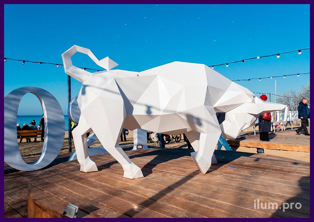 Стальной арт-объект в форме животного, полигональный бык белого цвета в Анапе